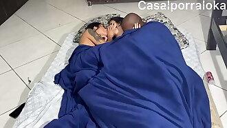 Mozao matando a saudade da namorada e coloca ela pra sentar no pau do maridão. Com o cuzinho  casal trisal